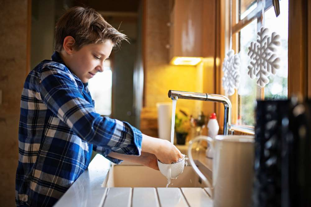 kid washing dishes for allowance
