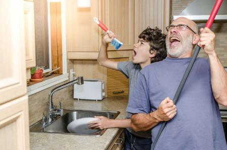 teaching kid to wash dishes